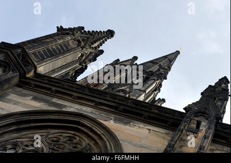 Looking up to the spires and intricate stonework of a religious building in Edinburgh - Stock Image