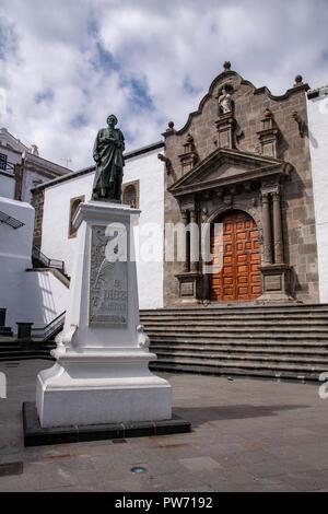 Church of El Salvador with memorial to Hernandez Diaz in the Plaza Espana, the main square in the capital Santa Cruz de La Palma, La Palma, Canaries - Stock Image