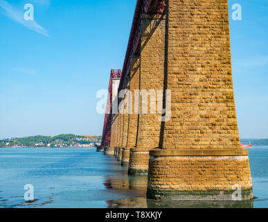 South Queensferry, Scotland, United Kingdom, 15 May 2019. UK Weather: Gorgeous sunny warm day along the Firth of Forth coast at the iconic Forth Rail Bridge. Credit: Sally Anderson/Alamy Live News - Stock Image