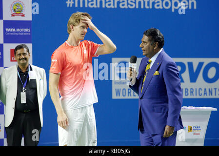 Pune, India. 5th January 2019. Kevin Anderson of South Africa talks to Vijay Amritraj during the presentation ceremony after winning the Tata Open Maharashtra 2019 ATP tennis singles title  in Pune, India. Credit: Karunesh Johri/Alamy Live News - Stock Image