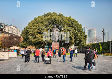29 November 2018: Shanghai, China - Visitors at the statue of Mao Zedong on The Bund, beside the Huangpu River, Shanghai. - Stock Image