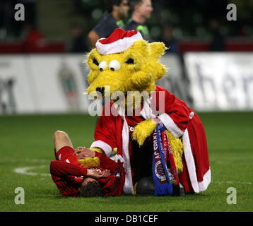 Leverkusen's mascot 'Brian the Lion' (R) cheers Stefan Kiessling after the UEFA Cup group E match Bayer - Stock Image