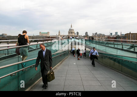 People commuters Crossing the London Millennium Suspension Footbridge ( Millennium Bridge or Wobbly Bridge ), London, England. - Stock Image