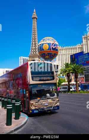 The Deuce transit bus service stopping at the Paris Las Vegas hotel resort on Las Vegas Boulevard, the Strip, Las Vegas, Nevada - Stock Image