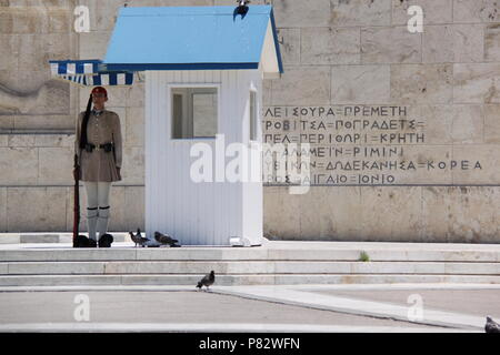 Changing of the ceremonial guard (elite Evzone soldiers) at the Presidential Mansion and the Tomb of the Unknown Soldier, Athens, GREECE, PETER GRANT - Stock Image