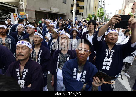TOKYO, JAPAN - MAY 18: Participants clad in traditional happi coats waits to carry the portable shrine during 'Sanja Matsuri' on May 18, 2019 in Tokyo, Japan. A boisterous traditional mikoshi (portable shrine) is carried in the streets of Asakusa to bring luck, blessings and prosperity to the area and its inhabitants. (Photo: Richard Atrero de Guzman/ AFLO) - Stock Image
