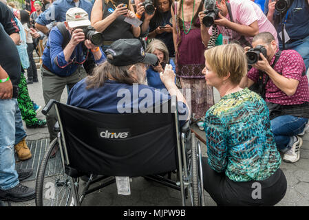 New York, NY, USA - 5 May 2018 - Democratic gubernatorial Candidate and Sex in the City star, Cynthia Nixon, campaigns at the Million Marijuana Rally in Union Square. Ms Nixon and Pieman Aron Kay, founder of the Million Marijuana March, are surrounded by photographers as they pose for a photo. CREDIT ©Stacy Walsh Rosenstock/Alamy Live News - Stock Image