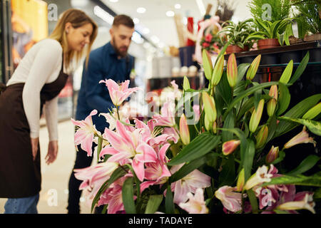 Custumer and shop assistant in flower shop - Stock Image