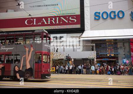 Busy crossing outside Sogo in Causeway Bay - Stock Image