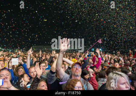 Portsmouth, UK. 29th August 2015. Victorious Festival - Saturday. The large crowd are showered in confetti during - Stock Image