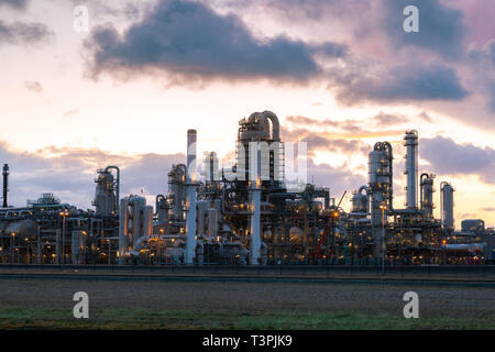 Oil and gas refinery plant or petrochemical industry on sky sunset background, Gas storage sphere tank and distillation tower in petroleum industrial - Stock Image