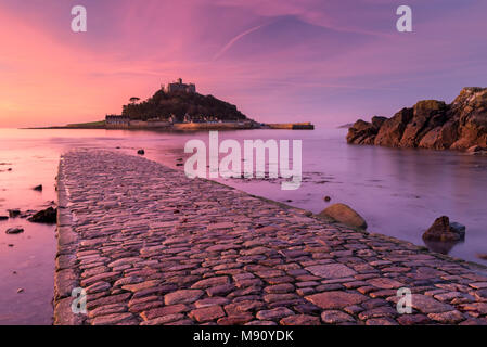 St Michael's Mount and the Causeway at sunrise, Marazion, Cornwall, England. Autumn (November) 2017. - Stock Image