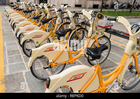 Horizontal view of bikes for rent in Milan, Italy. - Stock Image