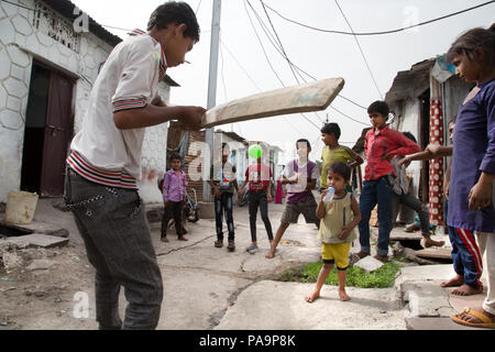 Kids playing cricket in Arif Nagar area, near the abandoned Union Carbide industrial complex, Bhopal, India - Stock Image