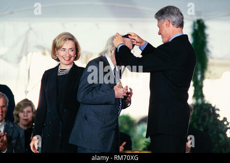 Landscape architect Daniel Urban Kiley is presented the National Humanities Medal by President Bill Clinton and First Lady Hillary Clinton during a ceremony on the South Lawn of the White House September 29, 1997 in Washington, DC. - Stock Image