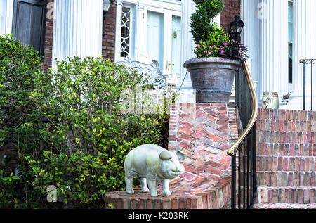 America, Charleston, South Carolina an onamental white plaster pink on the red brick wall of a colonial house - Stock Image