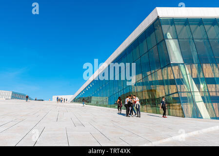 Opera House Oslo, view in summer of young people standing on the vast access ramp leading to the roof of the Oslo Opera House, Norway. - Stock Image