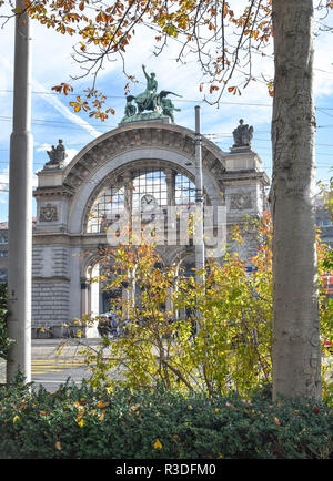 Historic landmark arch topped by Zeitgeist sculpture (the former entry of the old station that was destroyed by fire in the early 1970s)  at the Bahnh - Stock Image