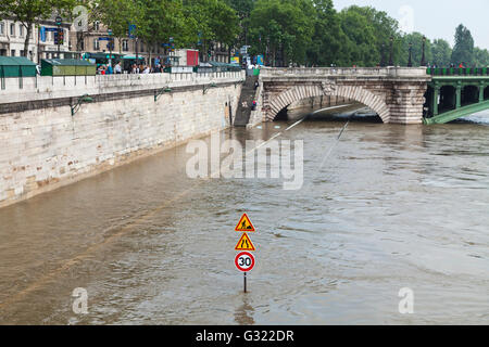 Paris, France. 06th June, 2016. Flood decrease, decrue de la Seine, quai de Gesvres, Paris, 06/06/2016 Credit:  - Stock Image
