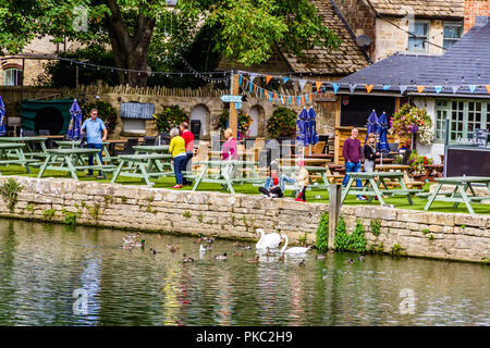 The garden of The Riverside pub on the banks of the River Thames at Lechlade-on-Thames, Gloucestershire, UK. - Stock Image