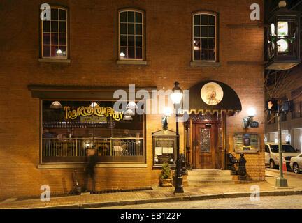 Richmond, Virgina. Tobacco Company pub on E. Cary street at night. - Stock Image