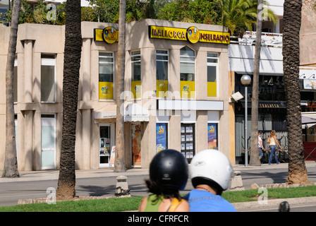 Mopedfahrer, Gebäude Mallorca Inselradio, Palma, Mallorca.   Moped rider, building Mallorca Inselradio, Palma, - Stock Image