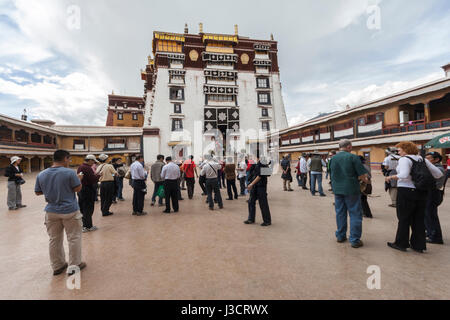 Tourists standing in courtyard of The White Palace or Potrang Karpo in Potala palace complex, Lhasa, Tibet. - Stock Image