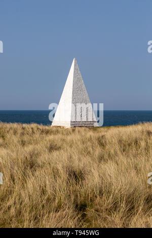 Emmanuel Head white pyramidal navigation beacon, Holy Island, Northumberland, England, UK built 1801-10 by Trinity House - Stock Image