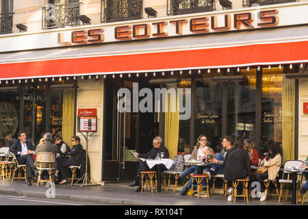 Patrons chatting at the restaurant Les Editeurs in the 6th arrondissement of Paris, France. - Stock Image
