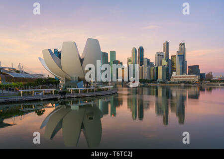 Singapore business district skyline in night at Marina Bay, Singapore. - Stock Image