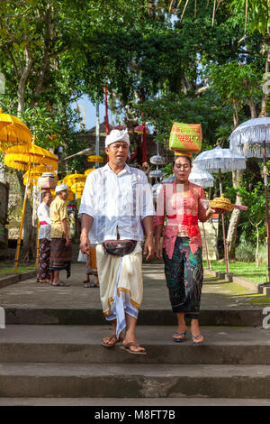 UBUD, INDONESIA - MARCH 2: Couple walks down the stairs during the celebration before Nyepi (Balinese Day of Silence) - Stock Image