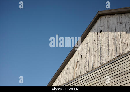 A white barn on a clear, sunny day, Amish Country, Lancaster County, Pennsylvania, USA - Stock Image