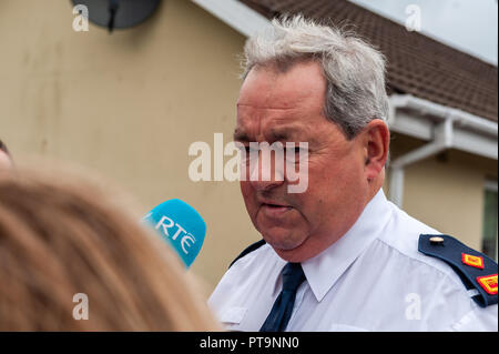 Macroom, West Cork, Ireland. 8th Oct, 2018. Garda Superintendent Michael Fitzpatrick from Macroom Garda Station give a press conference at the scene of a fatal stabbing in Dan Corkery Place, Macroom. The State Pathologist is due on the scene at 4pm today. Credit: Andy Gibson/Alamy Live News. - Stock Image