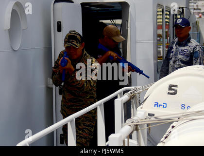 180829-N-QV906-0111 MANILA, Philippines (August 29, 2018) A Royal Thai Navy Sailor (left) and an Indonesia Navy Sailor (middle) practice tactical procedures during a Visit, Board, Search, and Seizure seminar as part of Southeast Asia Cooperation and Training (SEACAT) 2018 aboard Philippine Coast Guard Headquarters in Manila, Philippines. This is the 17th annual SEACAT exercise and includes participants from the U.S., Brunei, Bangladesh, Thailand, Philippines, Singapore, Vietnam, Malaysia and Indonesia. (U.S. photo by Mass Communication Specialist 1st Class Micah Blechner/RELEASED) - Stock Image