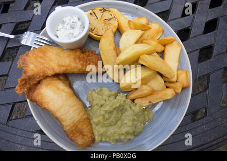 Hotel Lunch fish of the day two battered lemon sole fillets with chunky chipped potatoes mushy peas and tartare sauce - Stock Image