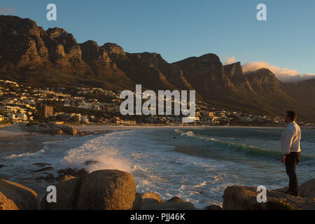 South Africa. Western Cape. Cape peninsula. Camps bay seaside resort in front of the Atlantic Ocean, at the foot of the Twelve Apostles Mountain - Stock Image