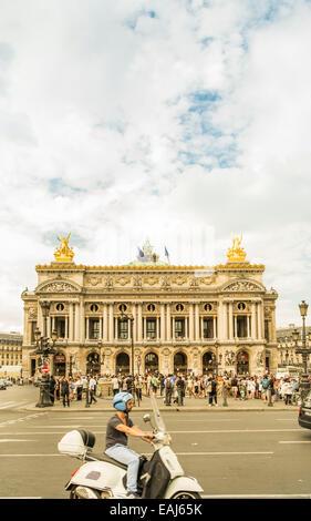 menschen auf dem vorplatz der opera garnier, people in front of paris opera house, opera garnier, paris, ile de - Stock Image