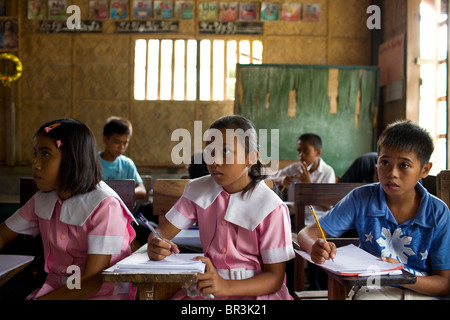 Filipino students in a high school classroom at Penaverde Montessori School in Mansalay, Oriental Mindoro, Philippines. - Stock Image