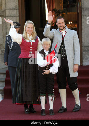 Crown Prince Haakon (R), Crown Princess Mette-Marit and her son Marius pose in front of their official residence - Stock Image