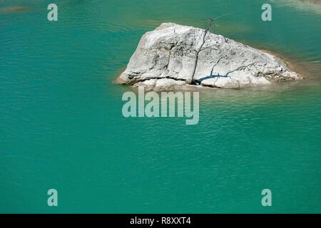 Spain, Aragon, Huesca, Pena Lake, rock flushing out of water in a river with turquoise waters - Stock Image