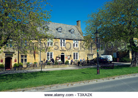 Russell's of Broadway - a restaurant/hotel in the Worcestershire village of Broadway, UK. - Stock Image