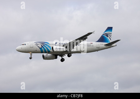 EgyptAir Airbus A320-232 SU-GCB on approach to Heathrow : cloudy sky - Stock Image