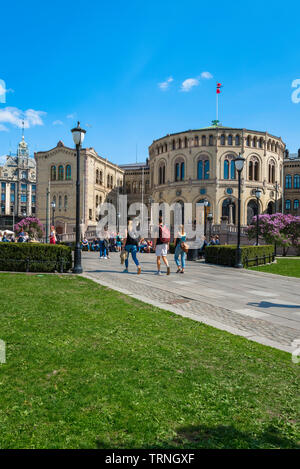 Oslo Parliament building, view in summer of young people walking towards the Norwegian Parliament Building (Stortinget) in Oslo city center, Norway. - Stock Image