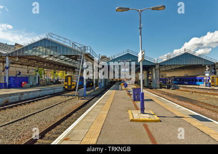 INVERNESS CITY SCOTLAND CENTRAL CITY SCOTRAIL RAILWAY STATION THE MAIN PLATFORMS AND BUILDING - Stock Image