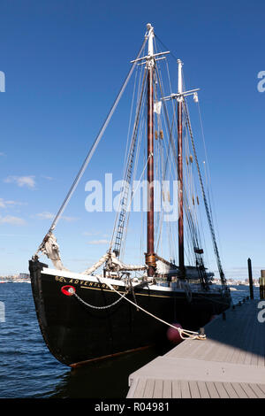 Adventure, a 1926, gaff rigged knockabout schooner, moored in Boston Harbour, - Stock Image
