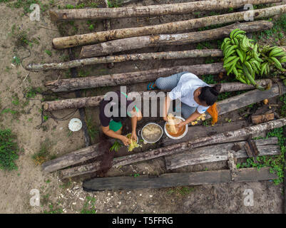 Aerial view of Peruvian Indigenous women dyeing natural fibers using natural dyes - Stock Image