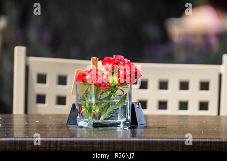Decorative floral center piece on an outdoor table - Stock Image