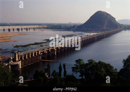 India, Andhra Pradesh, View of the Prakasam Barrage, built over the Krishna River at Vijayawada - Stock Image