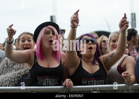 Southsea, UK. 24th Aug, 2014. Victorious Festival - Sunday, Southsea, Hampshire, England. Two female The Struts - Stock Image