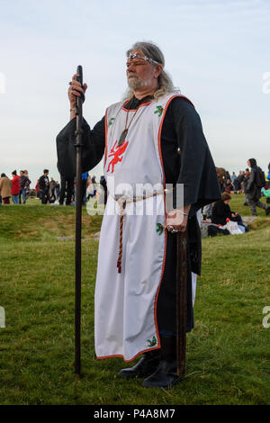 Stonehenge, Amesbury, UK, 21st June 2018,   Arthur Uther Pendragon neo druid leader facing the sun at the summer solstice   Credit: Estelle Bowden/Alamy Live News. - Stock Image
